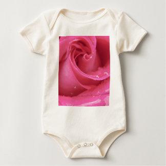 Rosen-nahes hohes baby strampler