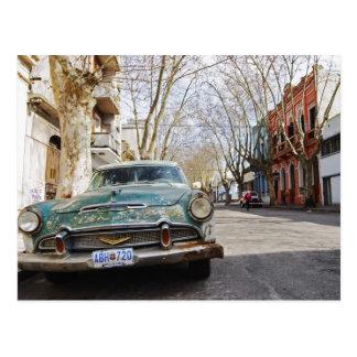 Rostige und flockige Farbe eines alten Autos parkt Postkarte