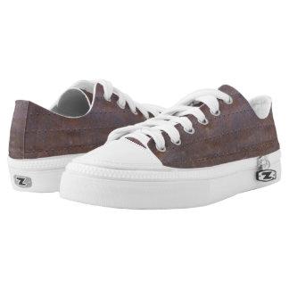 Rostiger Eisen-Beschaffenheits-Hintergrund Niedrig-geschnittene Sneaker