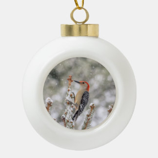 Rot-aufgeblähter Specht im Schnee Keramik Kugel-Ornament