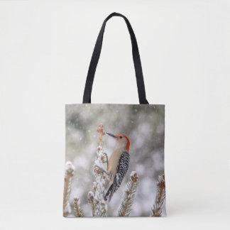 Rot-aufgeblähter Specht im Schnee Tasche