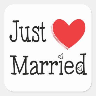 Rot-gerade verheiratete Herz-Hochzeits-Mitteilung Quadratischer Aufkleber