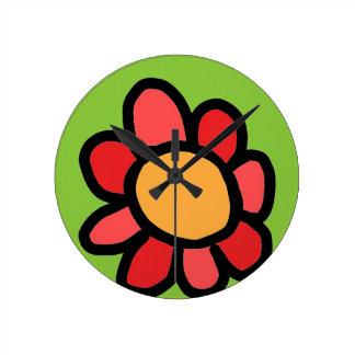 rote Blume mit einem grünen Hintergrund Runde Wanduhr