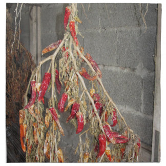 Rote Chili-Paprikaschoten, die hängen, um auf Serviette