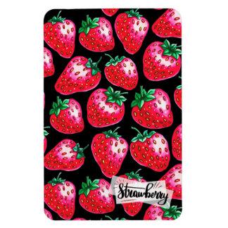 Rote Erdbeere auf schwarzem Hintergrund Magnet