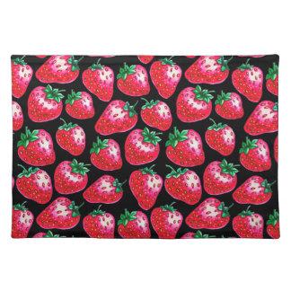 Rote Erdbeere auf schwarzem Hintergrund Tischset