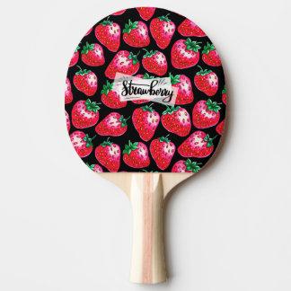 Rote Erdbeere auf schwarzem Hintergrund Tischtennis Schläger