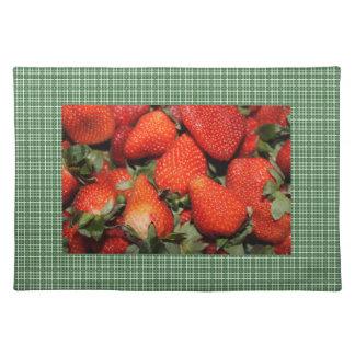 Rote Erdbeere in den grünen Plaids legen Tischset