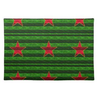 Rote Folie wie Weihnachtssterne auf Grün Stofftischset