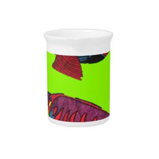 Rote Goldfische leben auf einem grünen Aquarium Getränke Pitcher