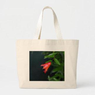 Rote Granatapfel-Blume (Punica granatum) auf einem Jumbo Stoffbeutel