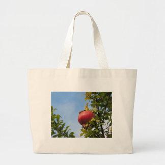 Rote Granatapfelfrucht des Singles auf dem Baum im Jumbo Stoffbeutel