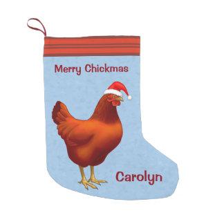 Rote Henne in der Weihnachtsmannmütze fröhliches Kleiner Weihnachtsstrumpf