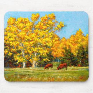 Rote Kühe unter gelben Fall-Bäumen Mousepad