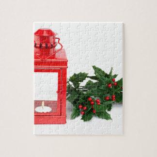 Rote Laterne mit den tealight Stechpalmenzweigen Puzzle