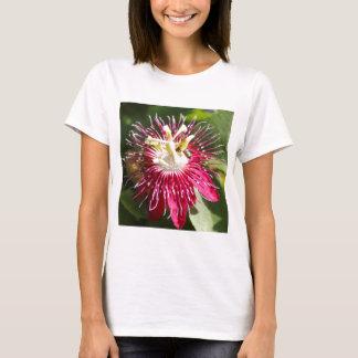 Rote Leidenschafts-Blume mit Biene T-Shirt
