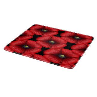 Rote Mohnblume mit Ziegeln gedeckt auf schwarzem Schneidebrett