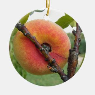 Rote Pfirsiche, die am Baum hängen. Toskana, Keramik Ornament