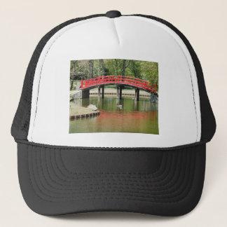 rote Reflexionsbrücke mit Vögeln Truckerkappe