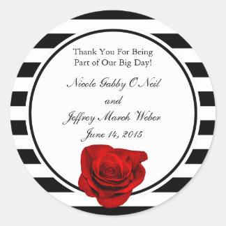 Rote Rose auf den schwarzen u. weißen Streifen Runder Aufkleber