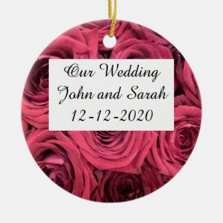 Rote Rosen, die Verzierung wedding sind Rundes Keramik Ornament