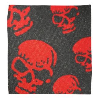 Rote Schädel auf Schwarzem Kopftuch