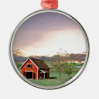 Rote Scheune am Sonnenuntergang Silbernes Ornament