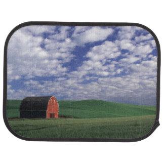Rote Scheune auf dem Weizen- u. Gerstengebiet in Autofußmatte