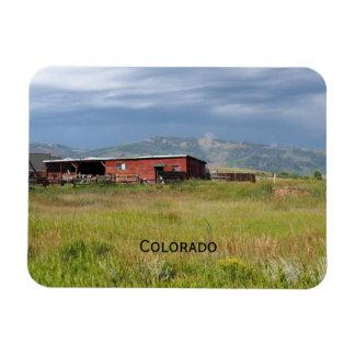 rote Scheune auf einem Colorado-Grasland Magnet