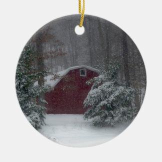 Rote Scheune im Schnee Rundes Keramik Ornament