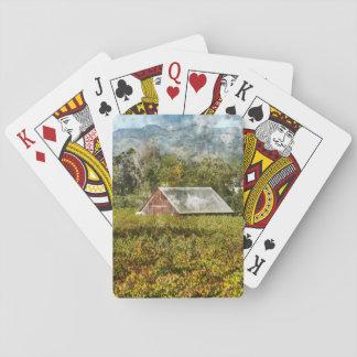 Rote Scheune in einem Weinberg Spielkarten