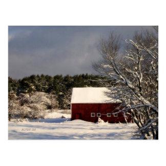 Rote Scheune nach Schneesturm Postkarte