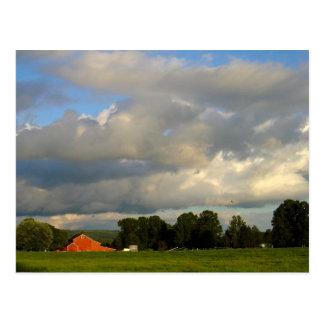 Rote Scheune unter der Wetter-Postkarte Postkarte