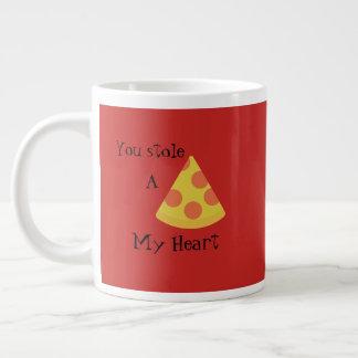 Rote Tasse mit Pizza und einem käsigen Wortspiel