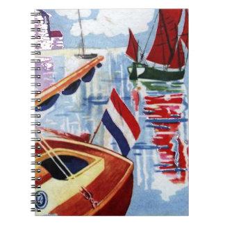 Rote und blaue Vintage Boote am Anker Spiral Notizblock