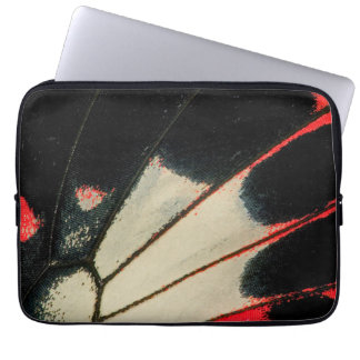 Rote und schwarze Schmetterlingsnahaufnahme Laptopschutzhülle