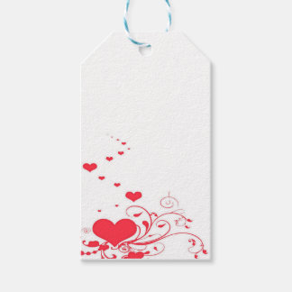 Rote Valentinsgruß-Herzen auf einem weißen Geschenkanhänger