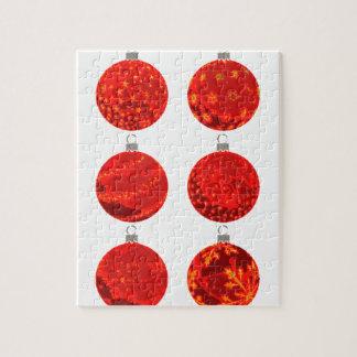 Rote Weihnachtsbälle auf Kleid und Geschenken Puzzle