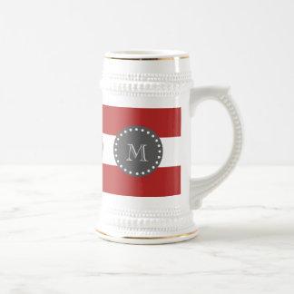 Rote weiße Streifen Muster, Holzkohlen-Monogramm Bierglas