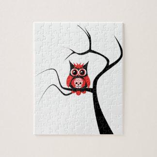 Rote Zuckerschädel-Eule im Baum-Puzzlespiel Puzzles