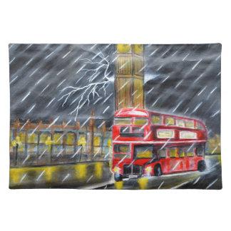 Roter Bus im London-Nachtregen Stofftischset