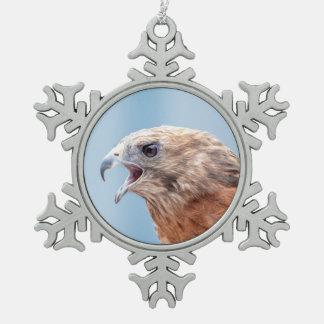Roter geschulterter Falke auf einem Felsen Schneeflocken Zinn-Ornament