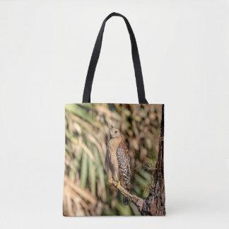 Roter geschulterter Falke in einem Baum Tasche