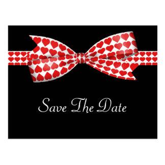 Roter Herz-Bogen auf schwarzer Hochzeit Postkarte