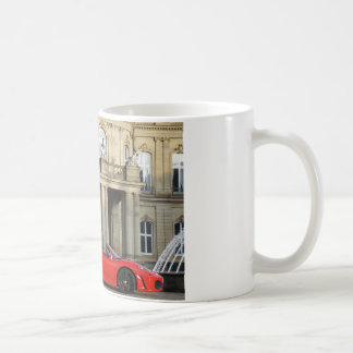Roter italienischer Sportwagen vor Schloss Kaffeetasse