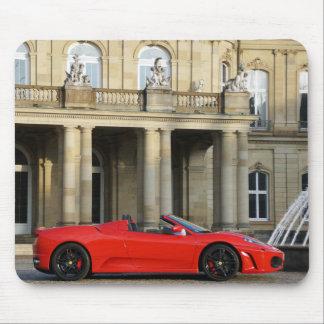 Roter italienischer Sportwagen vor Schloss Mauspad
