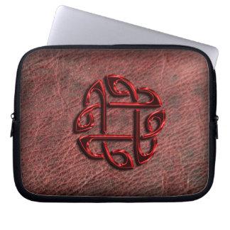 Roter metallischer keltischer Knoten auf echtem Laptopschutzhülle
