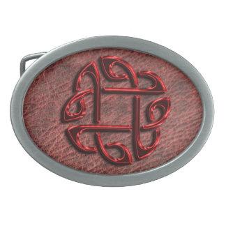 Roter metallischer keltischer Knoten auf echtem Ovale Gürtelschnalle