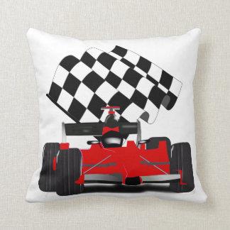 Roter Rennwagen mit Zielflagge Kissen