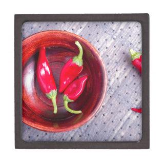Roter roher Pfeffer in einer braunen hölzernen Kiste